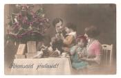 Семья у елки- Счастливого Рождества